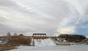 Lee Wave cloud looms over Dickson Dam - March 28, 2010
